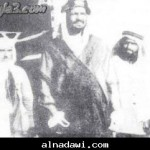 الملك عبدالعزيز آل سعود وإلى يمينه الكاتب حافظ وهبه وإلى يساره المؤرخ أمين الريحاني